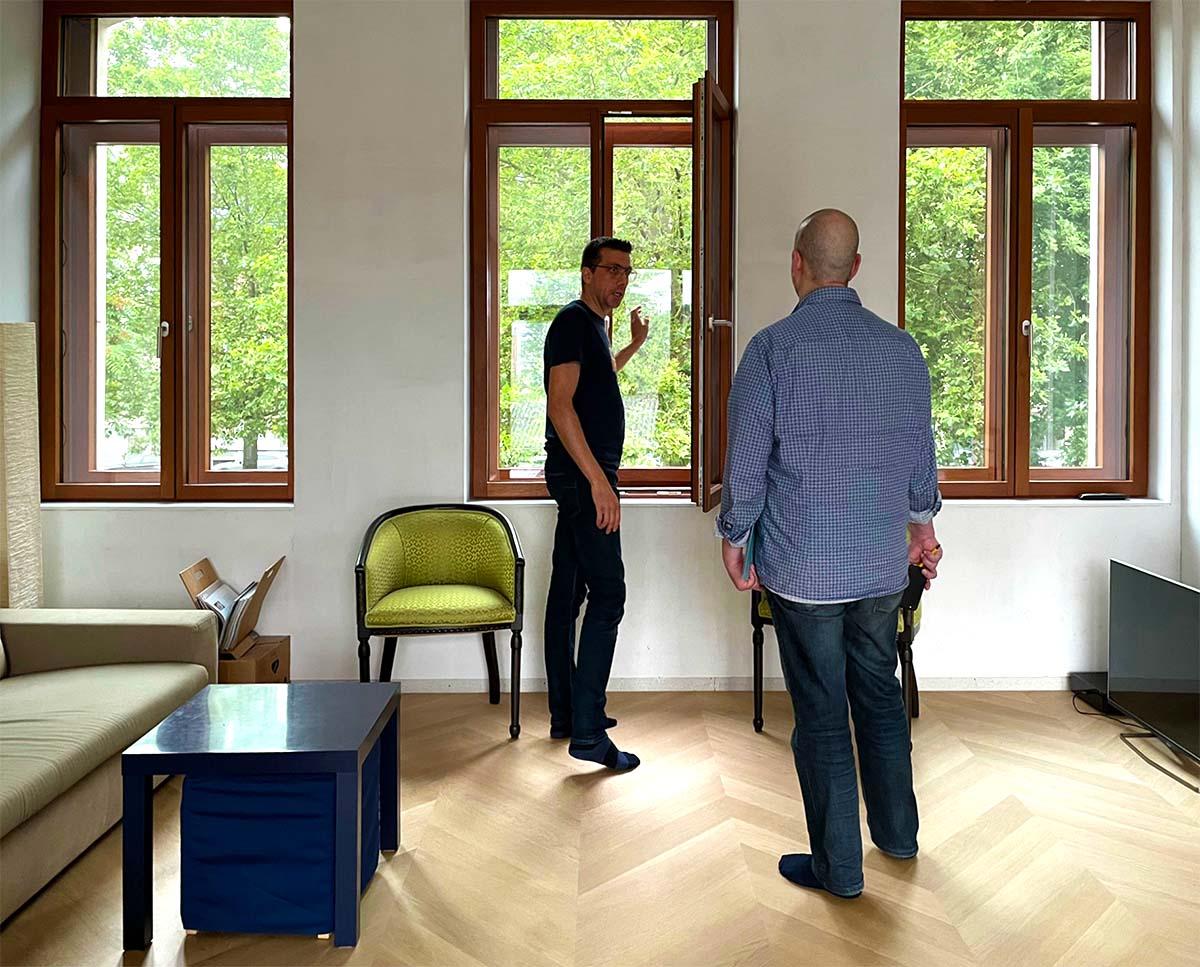 Frederik Fossé toont de dubbele vensters die ook akoestisch goed isoleren.