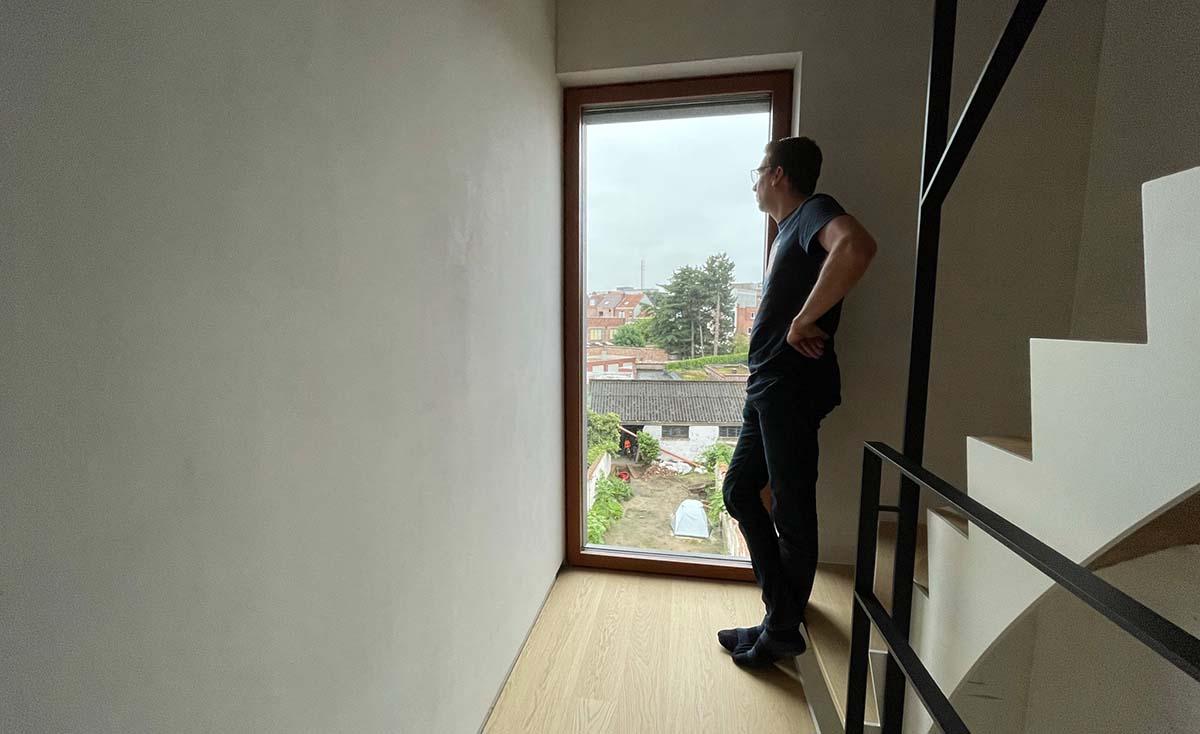 Frederik kijkt door het venster.