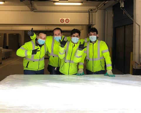 Foto van HuisMus medewerkers met voor transport ingepakt recuperatiemateriaal