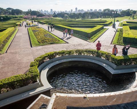 Foto van een park met een stad op achtergrond