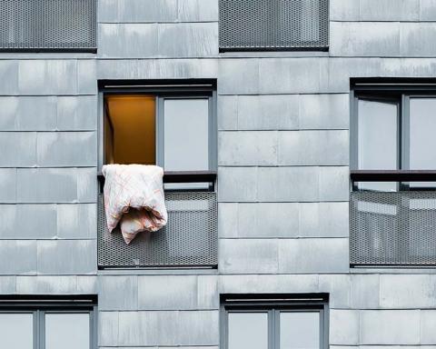 Open raam met deken buiten
